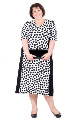 Biało-czarna wyszczuplająca sukienka w czarne grochy