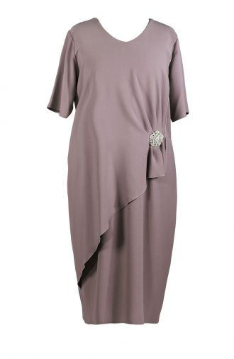 Elegancka sukienka cappuccino z broszką