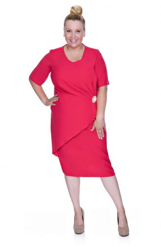 Elegancka różowa sukienka z broszką