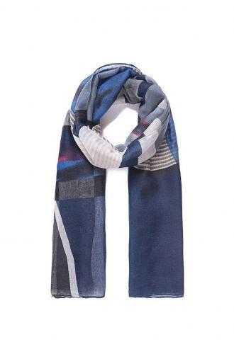 Niebieski szal z geometrycznymi wzorami