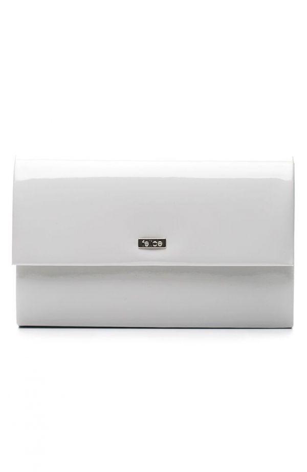 Klasyczna lakierowana kopertówka w jasnoszarym kolorze