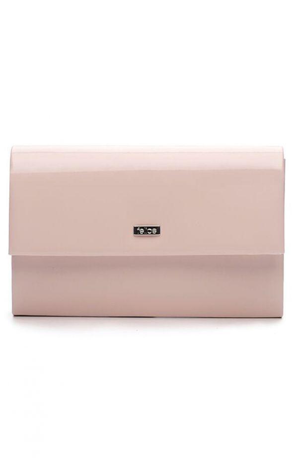 Klasyczna lakierowana kopertówka w jasnoróżowym kolorze