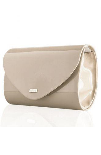 Elegancka lakierowana kopertówka w beżowym kolorze