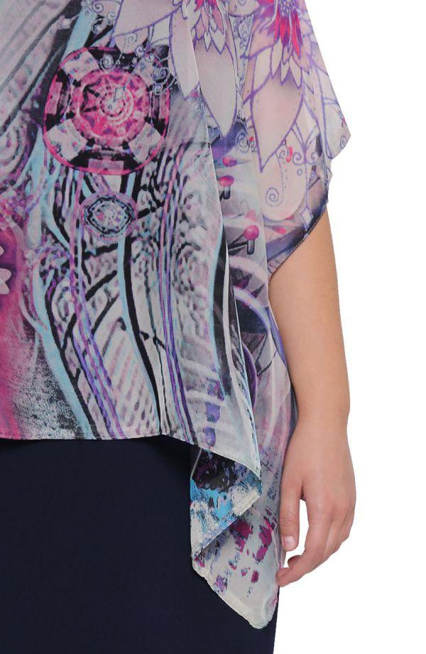 Granatowa sukienka z abstrakcyjną narzutką