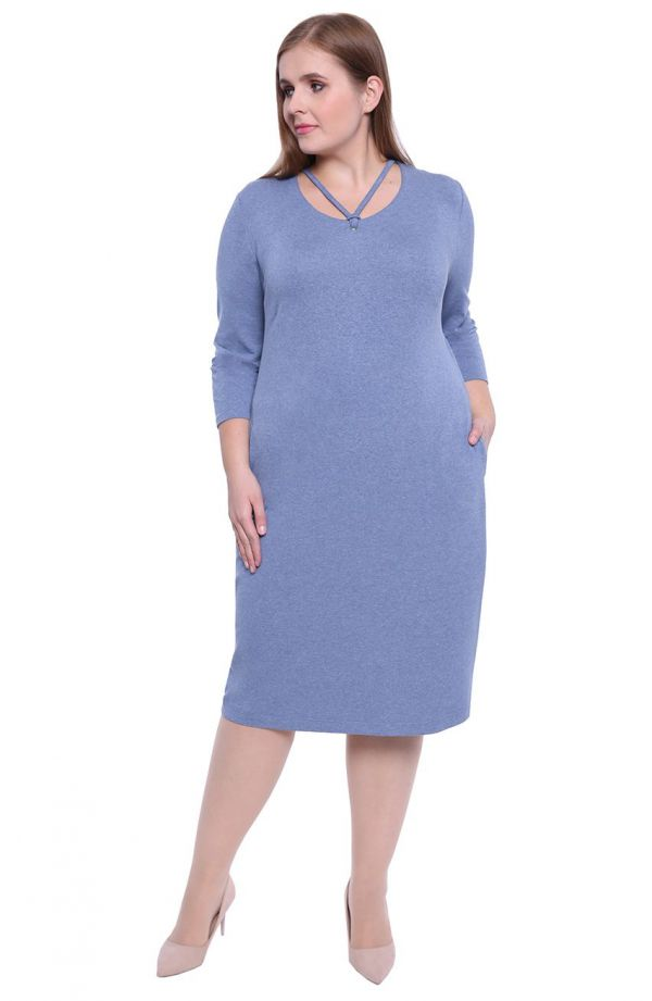Jasnoniebieska sukienka z wyjątkowym dekoltem