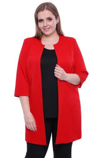 Czerwony płaszczyk z fakturowanego materiału