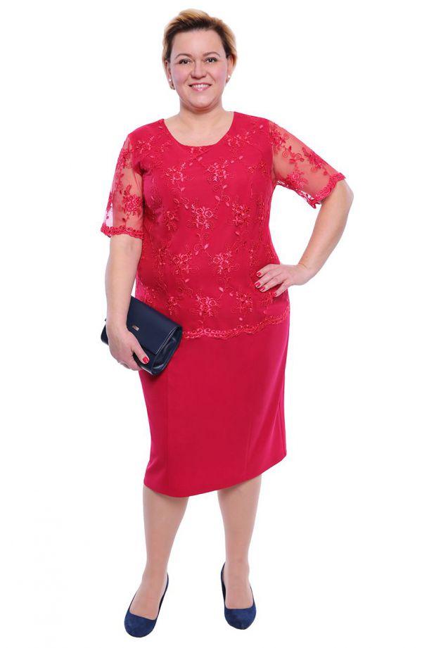Malinowa sukienka z gipiurowym haftem