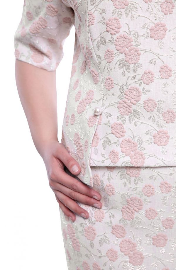 Sukienka z perełkami w pudrowe kwiaty