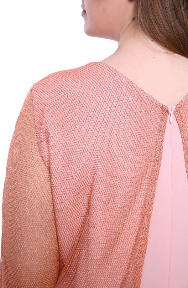 Łososiowa sukienka z siateczkową narzutką