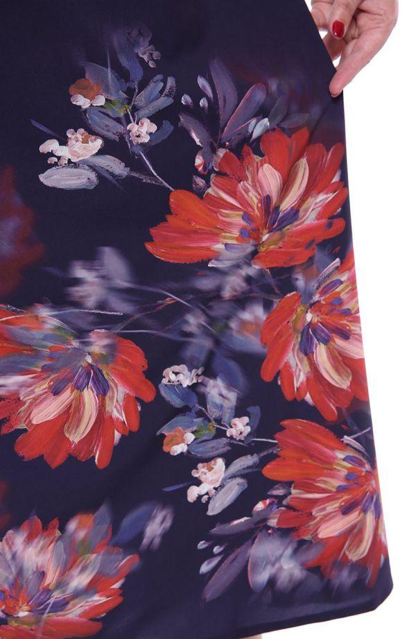 Atramentowa sukienka maxi w szkarłatne kwiaty