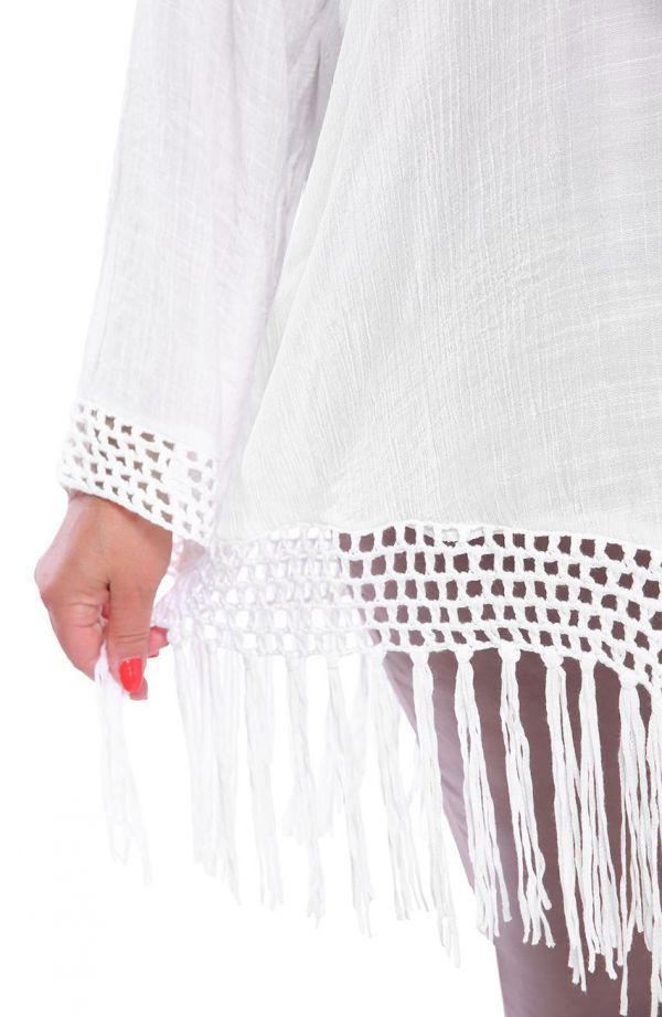 Białe ponczo z ażurowym wykończeniem