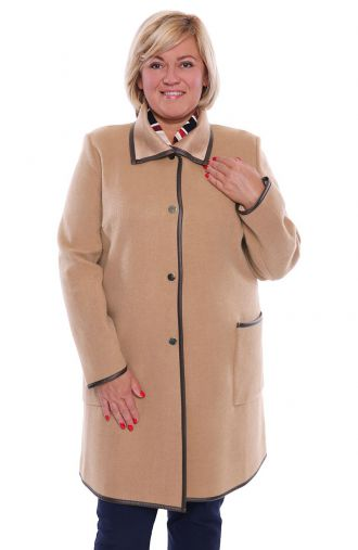 Beżowy płaszcz ze skórkowymi lamówkami