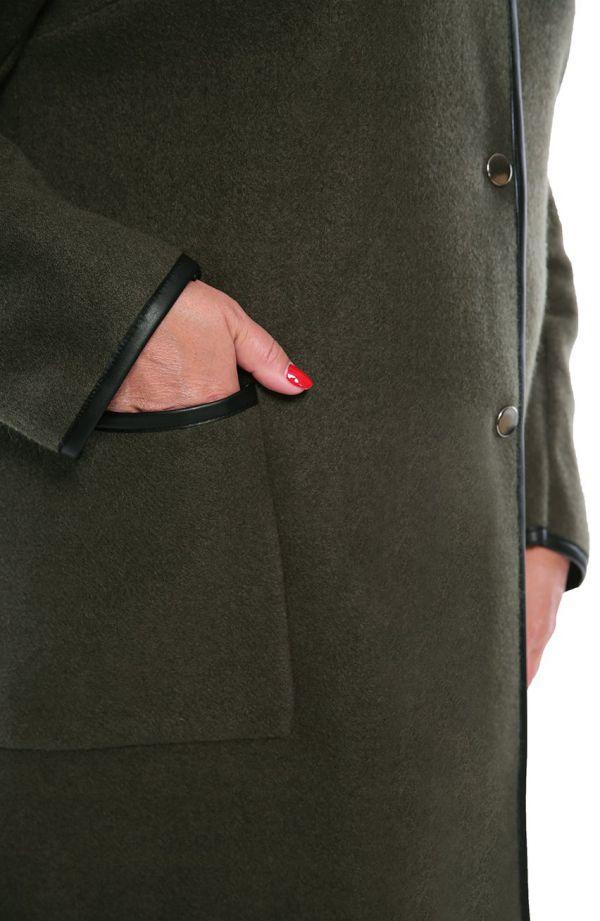 Oliwkowy płaszcz ze skórkowymi lamówkami
