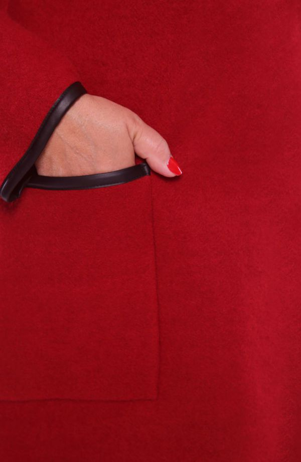 Czerwony płaszcz ze skórkowymi lamówkami