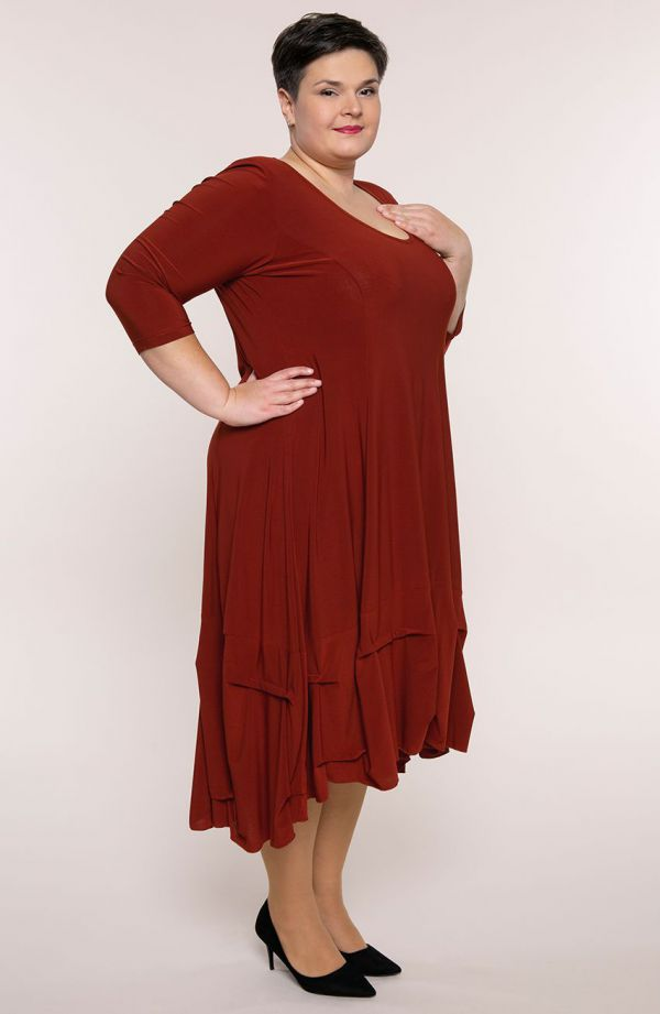 Karminowa dłuższa sukienka z falbanką