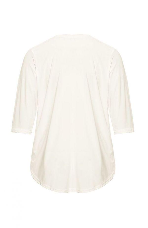 Kremowa bluzka z ozdobną klamrą