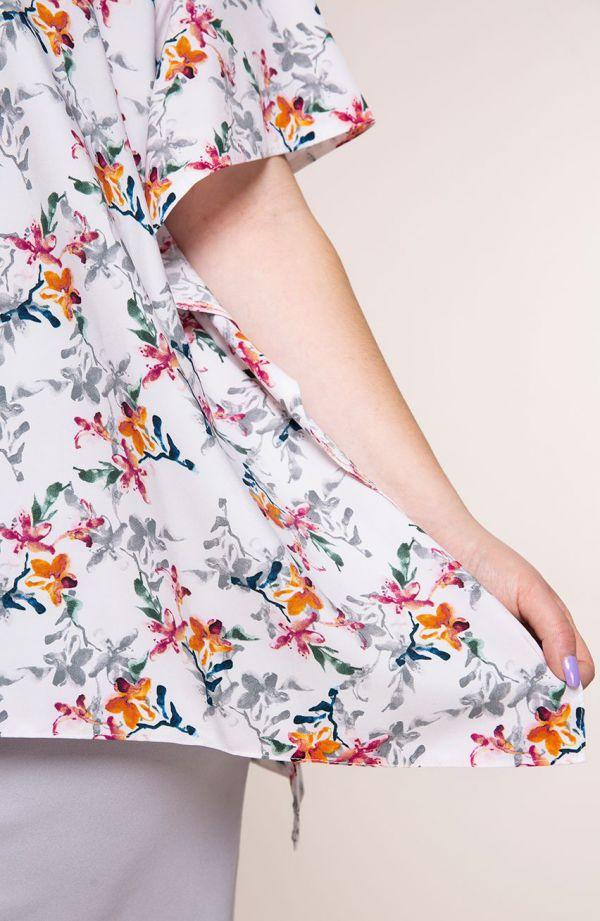 Jasnoszara sukienka z narzutką w kwiatki