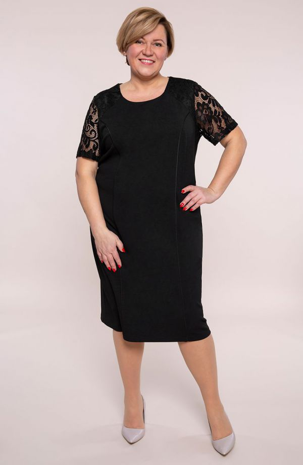 Czarna sukienka z rękawami z koronki