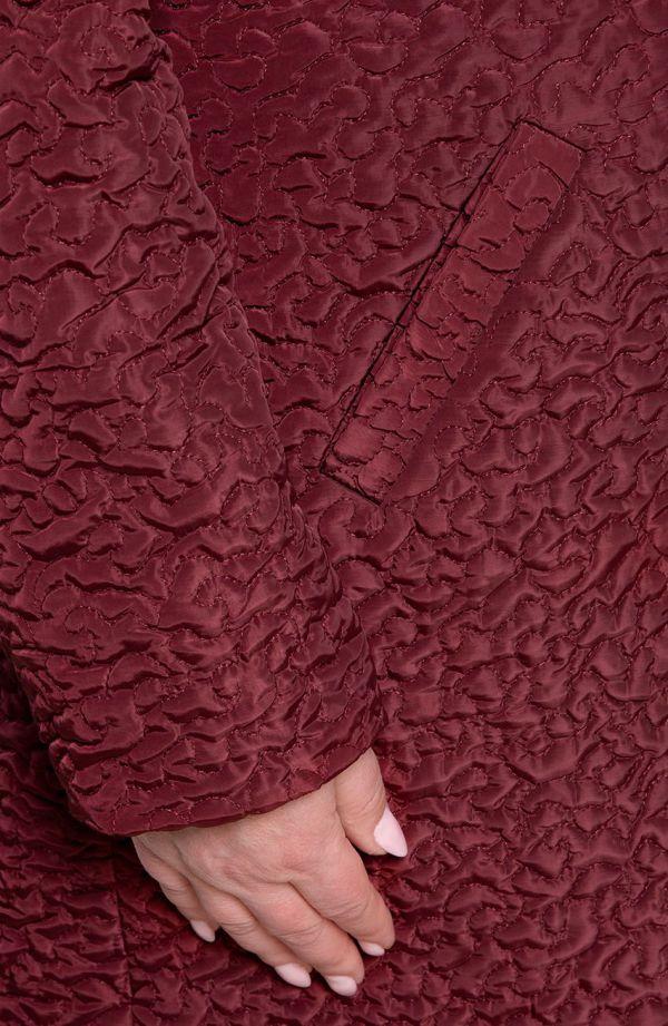 Bordowy lekki pikowany płaszcz wzór abstrakcja