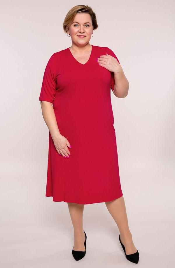 Prosta sukienka w malinowym kolorze