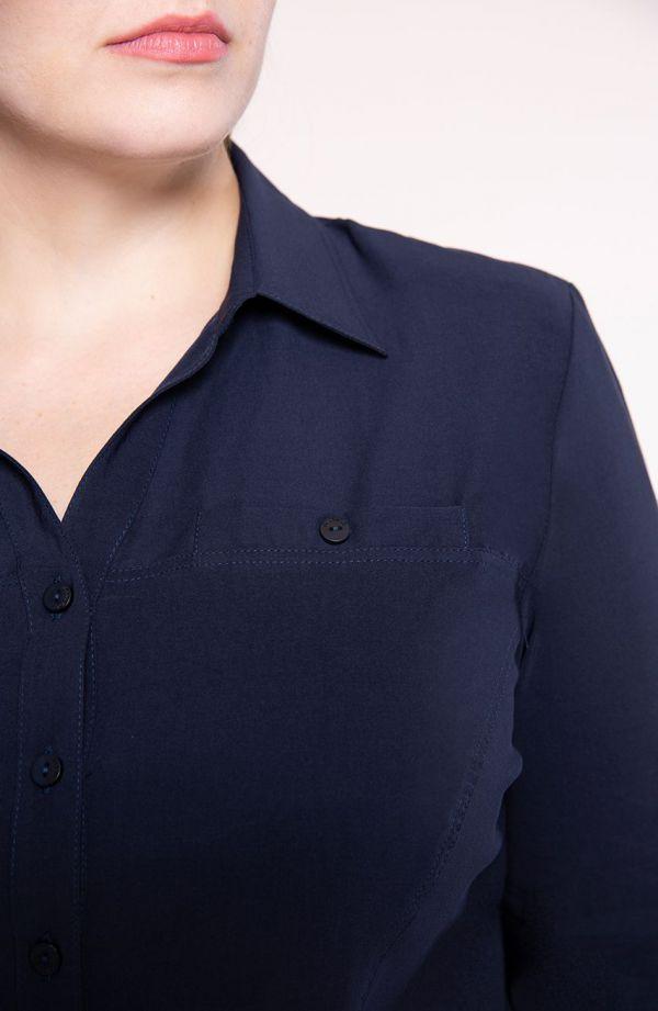 Klasyczna koszula w kolorze ciemnego granatu