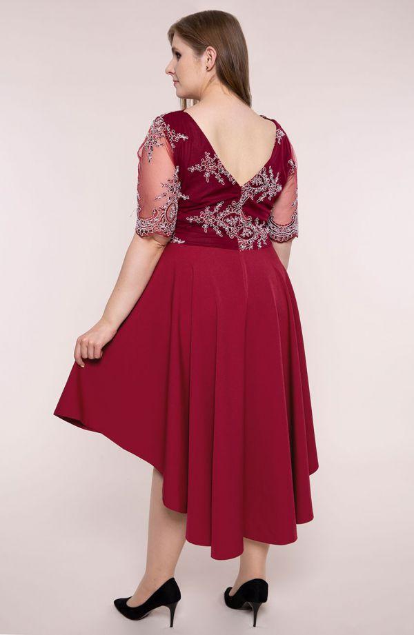 Sukienka z trenem w kolorze czerwonego wina