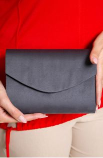 Mała aksamitna kopertówka w szarym kolorze