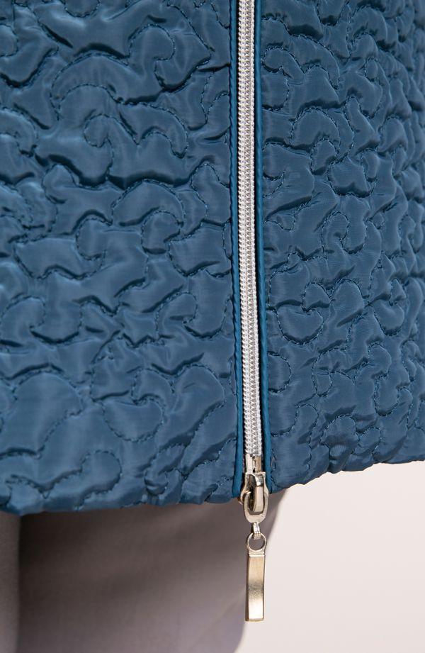 Pikowany płaszcz abstrakcja w morskim kolorze