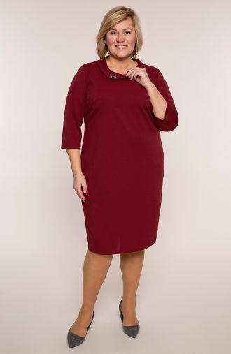 Bordowa sukienka z czerwoną broszką