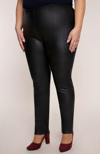 Czarne woskowane zwężane spodnie cygaretki