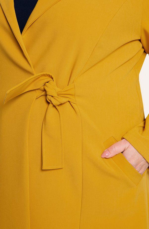 Musztardowy płaszczyk z wiązaniem