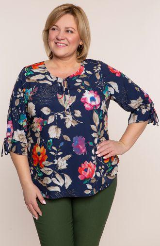 Bluzki plus size - granatowa bluzka w kwiaty i liście