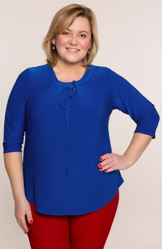 Niebieska bluzka z ozdobną klamrą
