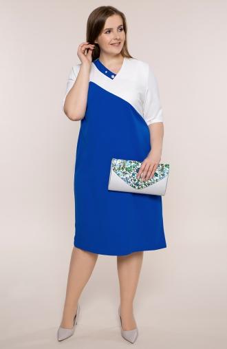 Chabrowa sukienka z perłową broszką