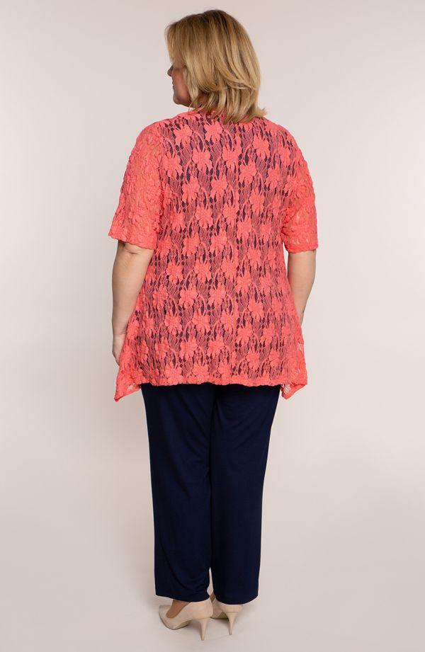 Granatowy kostium z koralową koronką