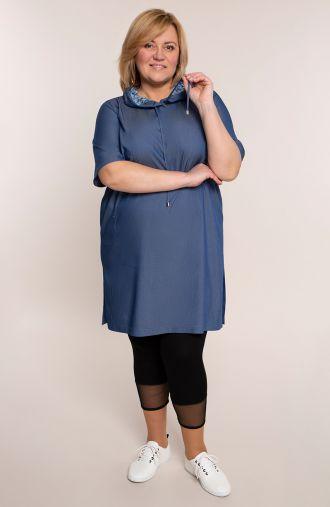 Niebieska sukienka z koronkowym kapturem