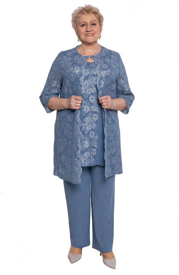 Niebieski kostium z koronkową narzutką