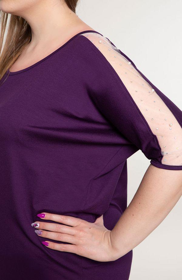 Fioletowy kostium z perełkami na ramionach