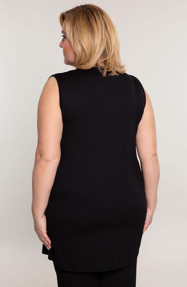 Czarny kostium z szyfonową narzutką