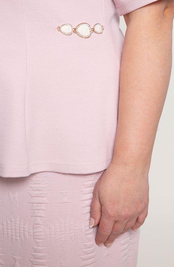 Różowy kostium z geometrycznym deseniem