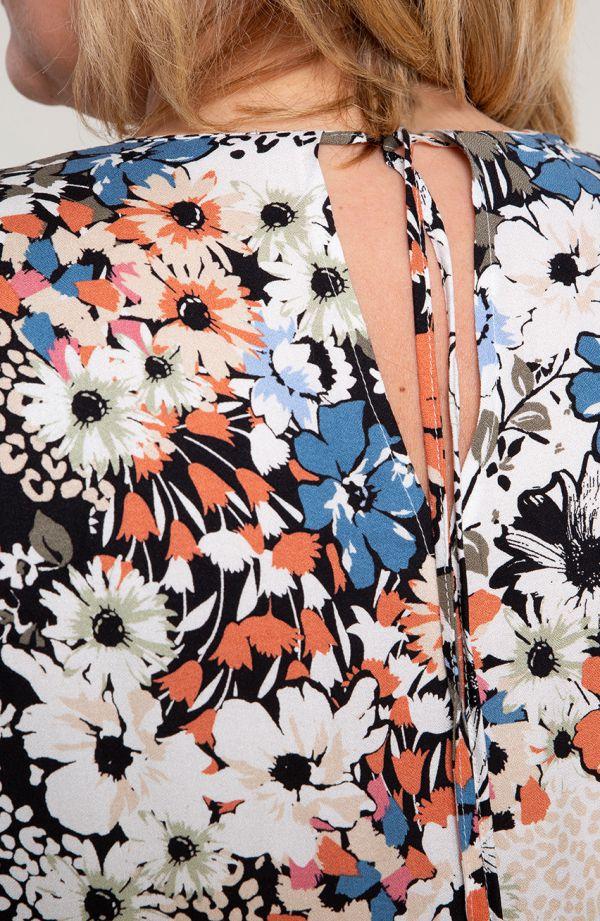 Lekka sukienka w kolorowe kwiaty