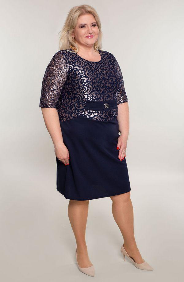Granatowa sukienka z błyszczącą koronką