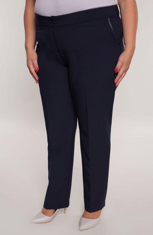 Wizytowe spodnie w kant plus size dla puszystych w kolorze granatu