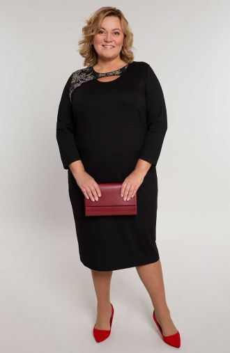 Czarna sukienka z asymetrycznym dekoltem