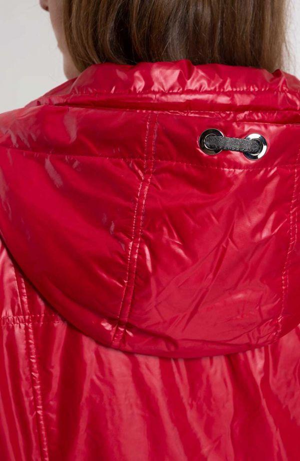 Czerwona przejściowa kurteczka z kapturem