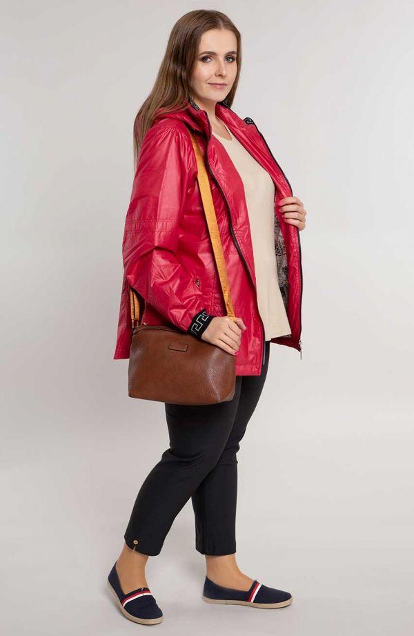 Czerwona kurtka z ozdobnym ściągaczem