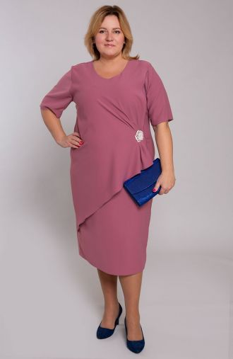 Elegancka liliowa sukienka z broszką