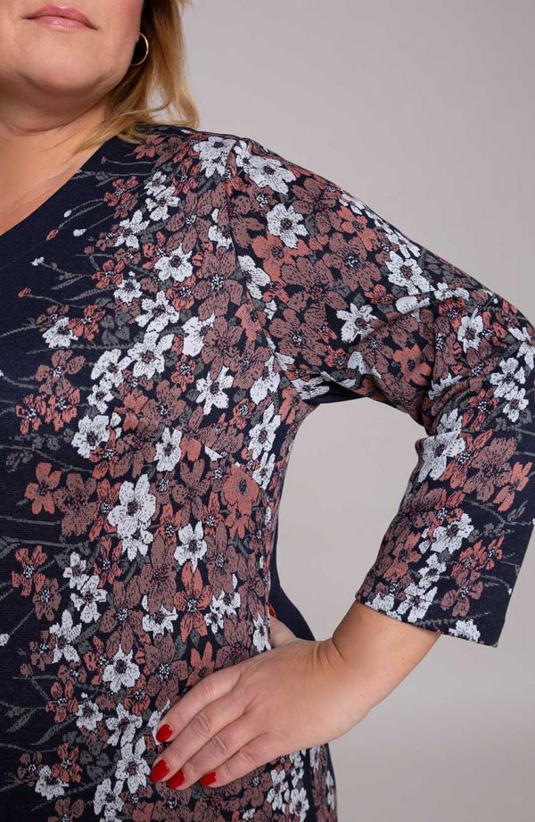 Granatowa sukienka kwiatowym bokiem